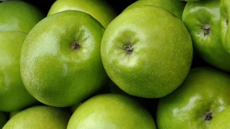 Nahaufnahme von grünen Äpfeln