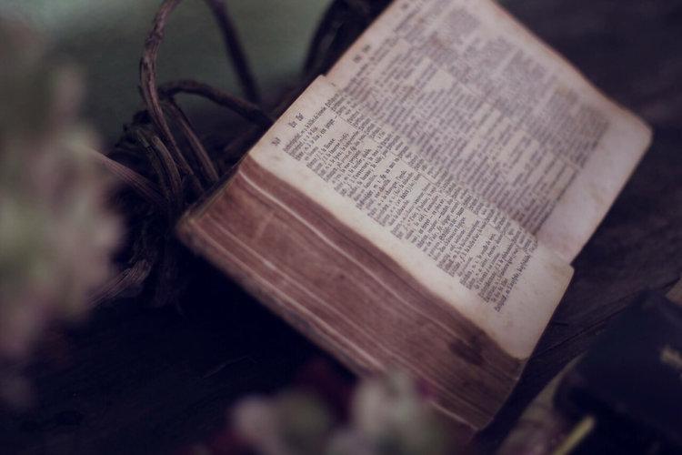 Alte Bibel, aufgeschlagen