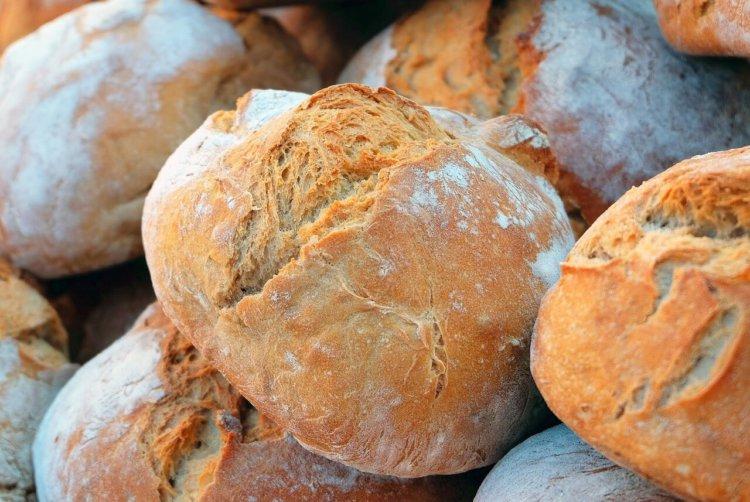 Gestapelte, gebackene Brote in Nahaufnahme