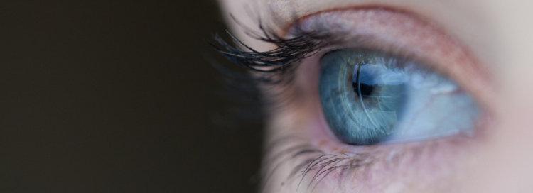 """Symbolbild zur Predigt """"Diese Vision ist der Hammer"""": Nahaufnahme eines Auges"""