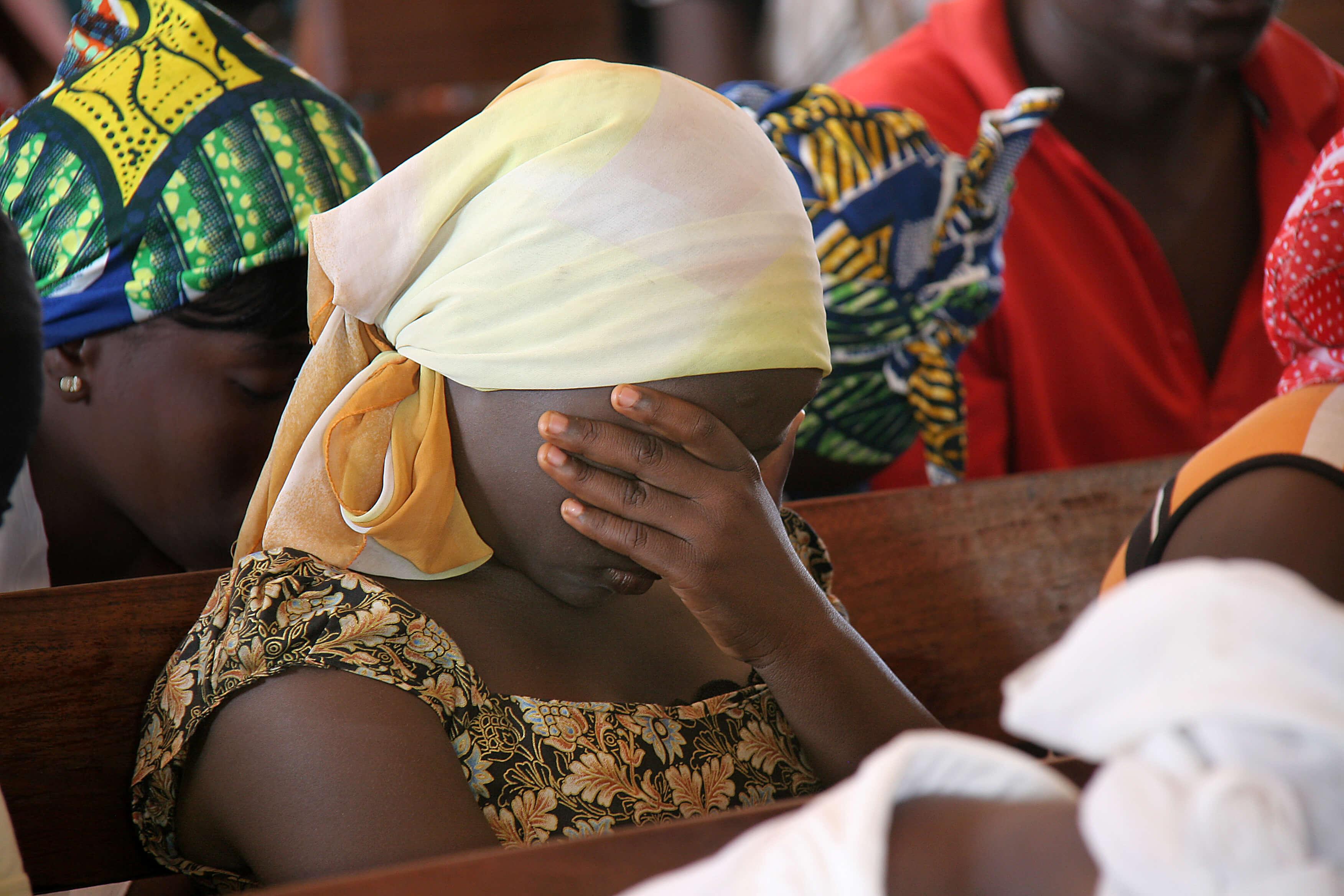 OpenDoors: Frau in Nigeria betet und bedeckt Gesicht, Bild zum Weltverfolgungsindex 2017