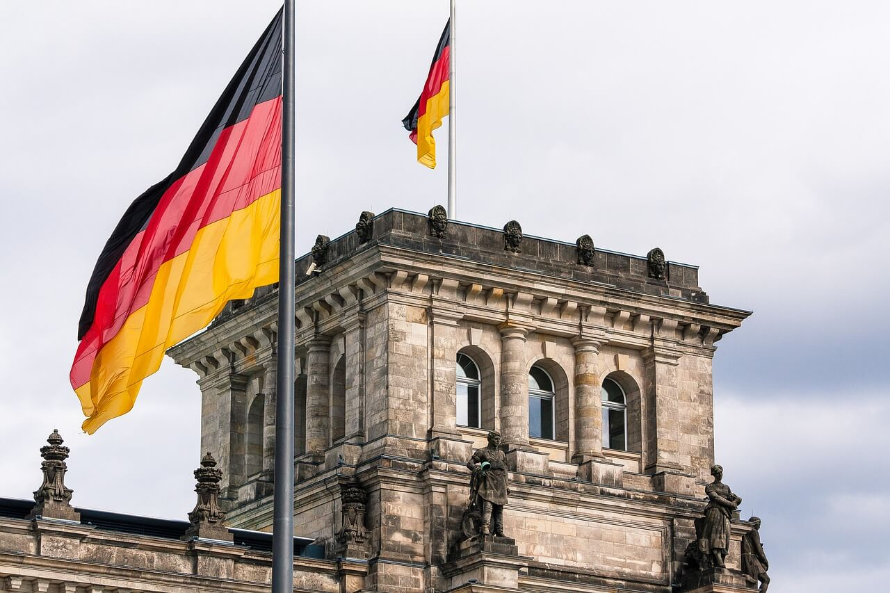 """Reichstag in Berlin, Symbolbild """"Politik"""" mit deutscher Flagge"""