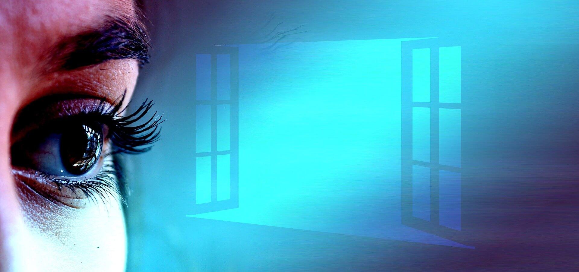 """Symbolbild """"Geöffnete Augen"""": Nahaufnahme Auge einer Frau neben symbolischem offenen Fenster in Blau."""