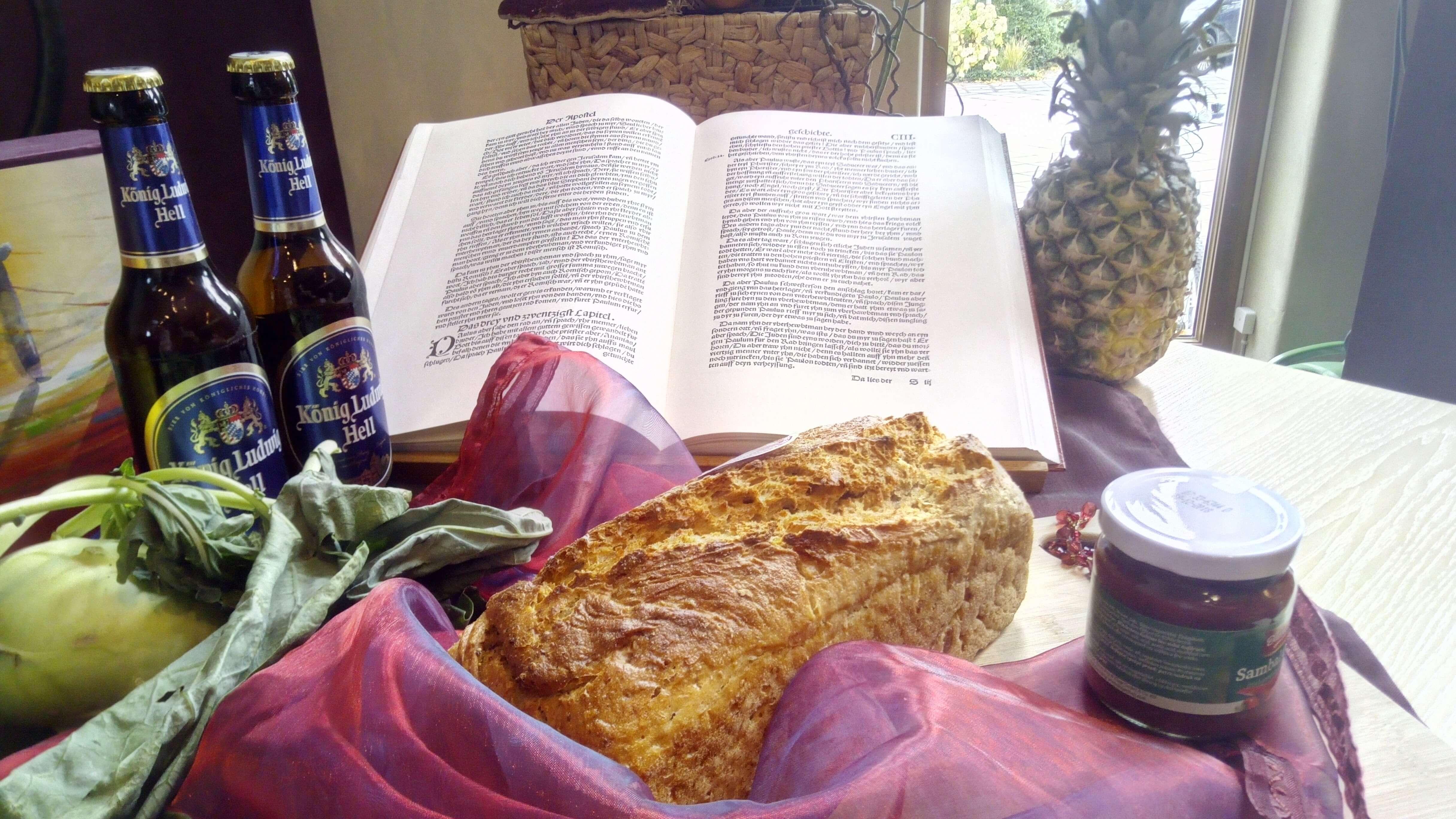Dankbar sein. Bild vom Erntedankaltar der FeG FFB 2017. Bibel hinter Speisen