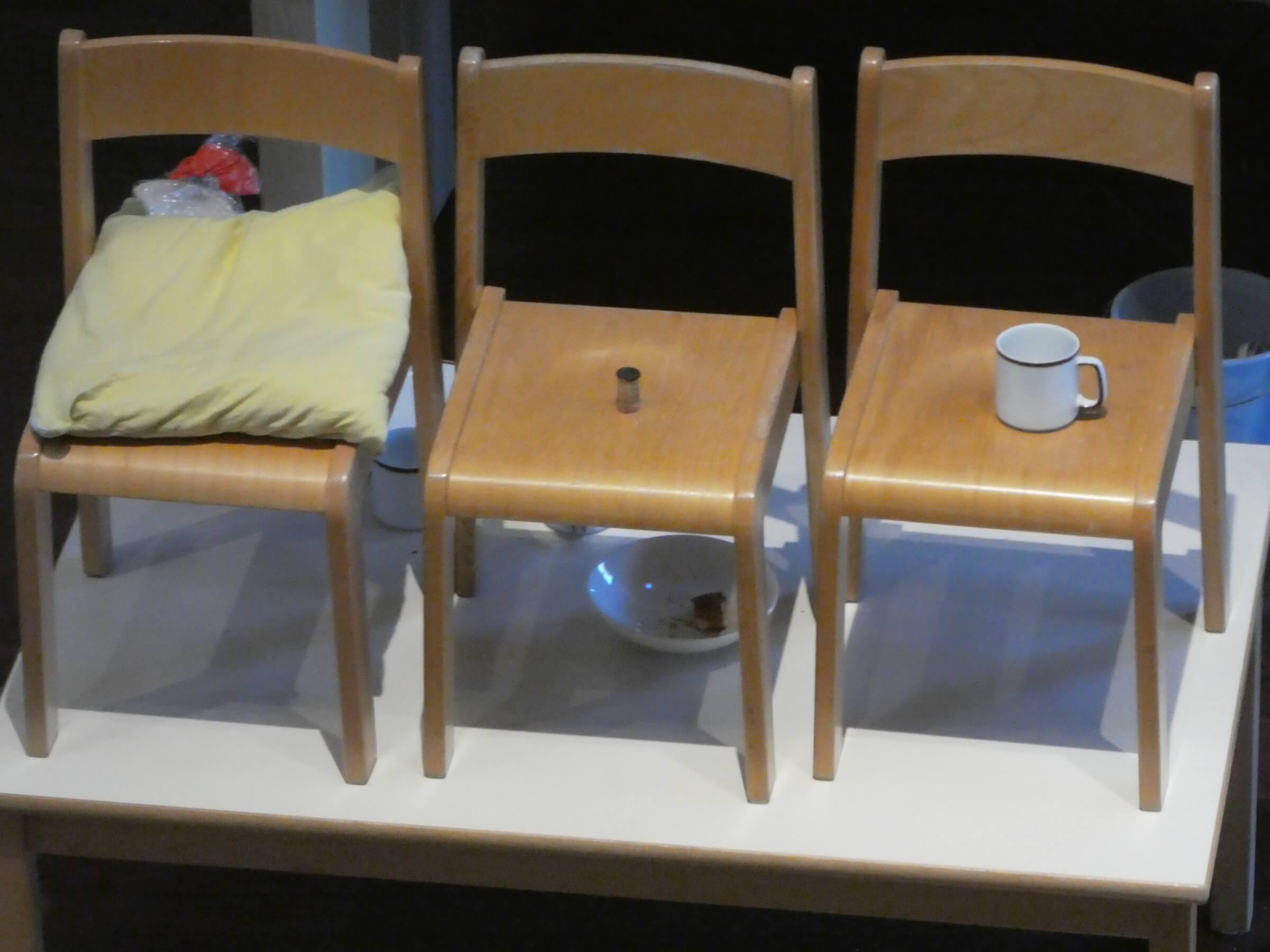 Kissen, Farbe und Tasse auf Stühlen. Seinen Freunden gibts der Herr im Schlaf