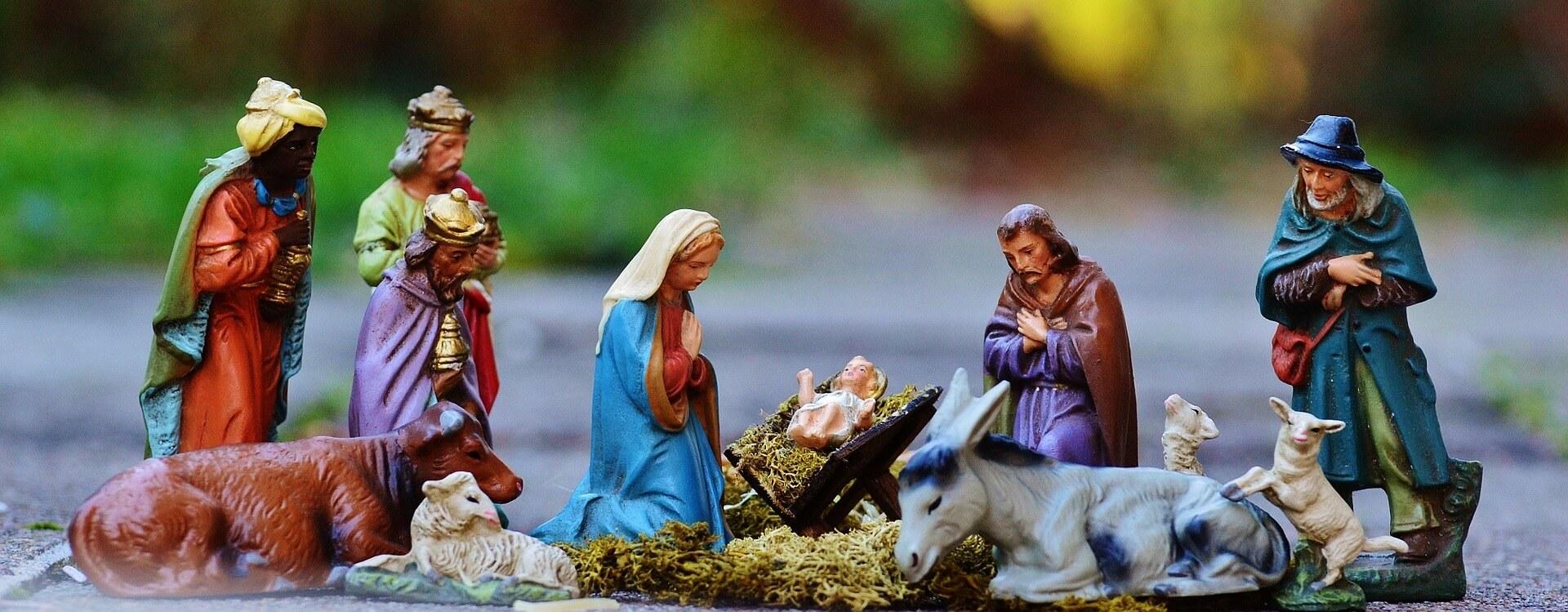 Figuren an der Krippe - Maria und Josef: Holzfiguren der hlg drei Könige, Maria, Josef, Jesus und Tiere.