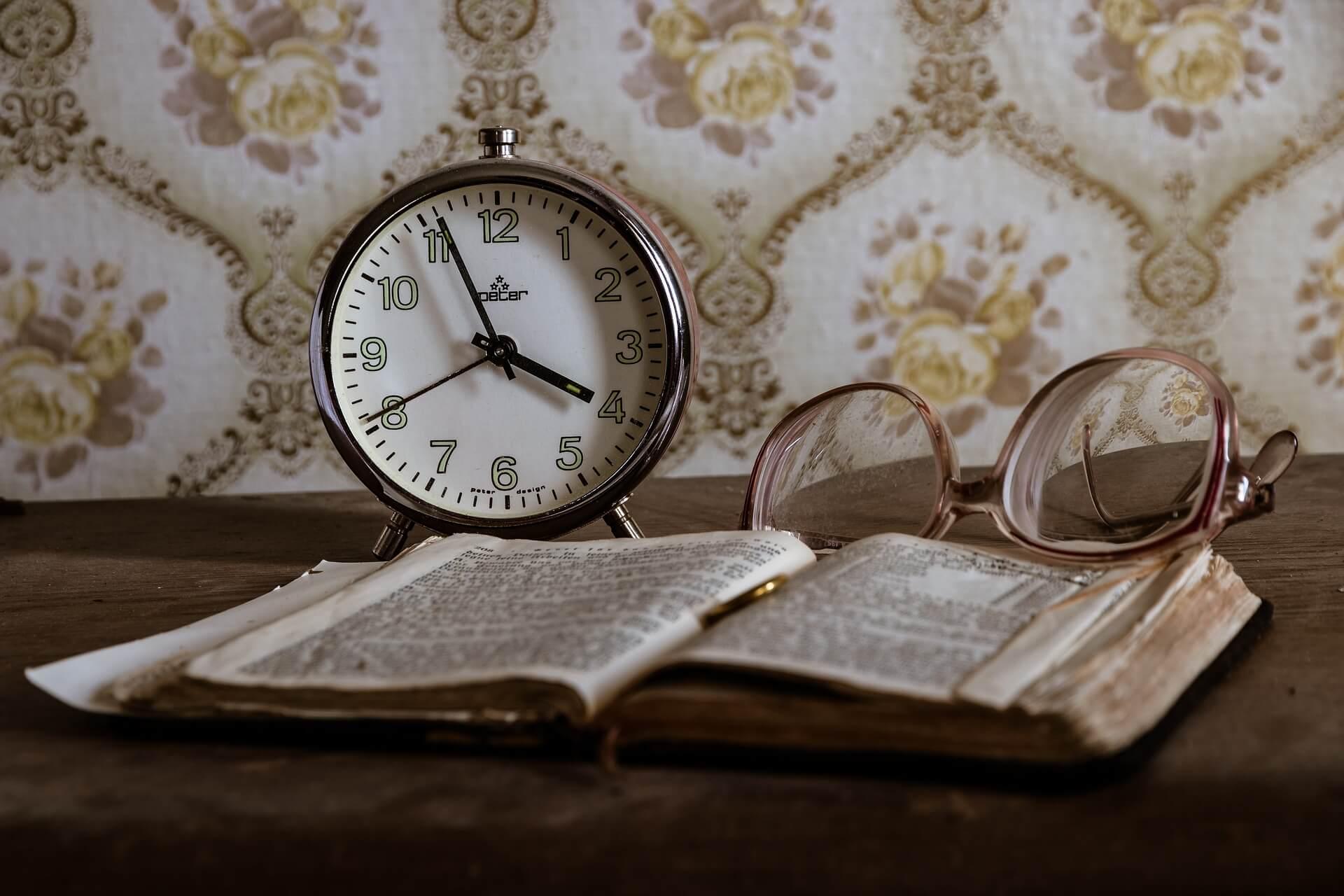 Uhr. Symbolbild für die Frage, ob Gott zu spät kommt.
