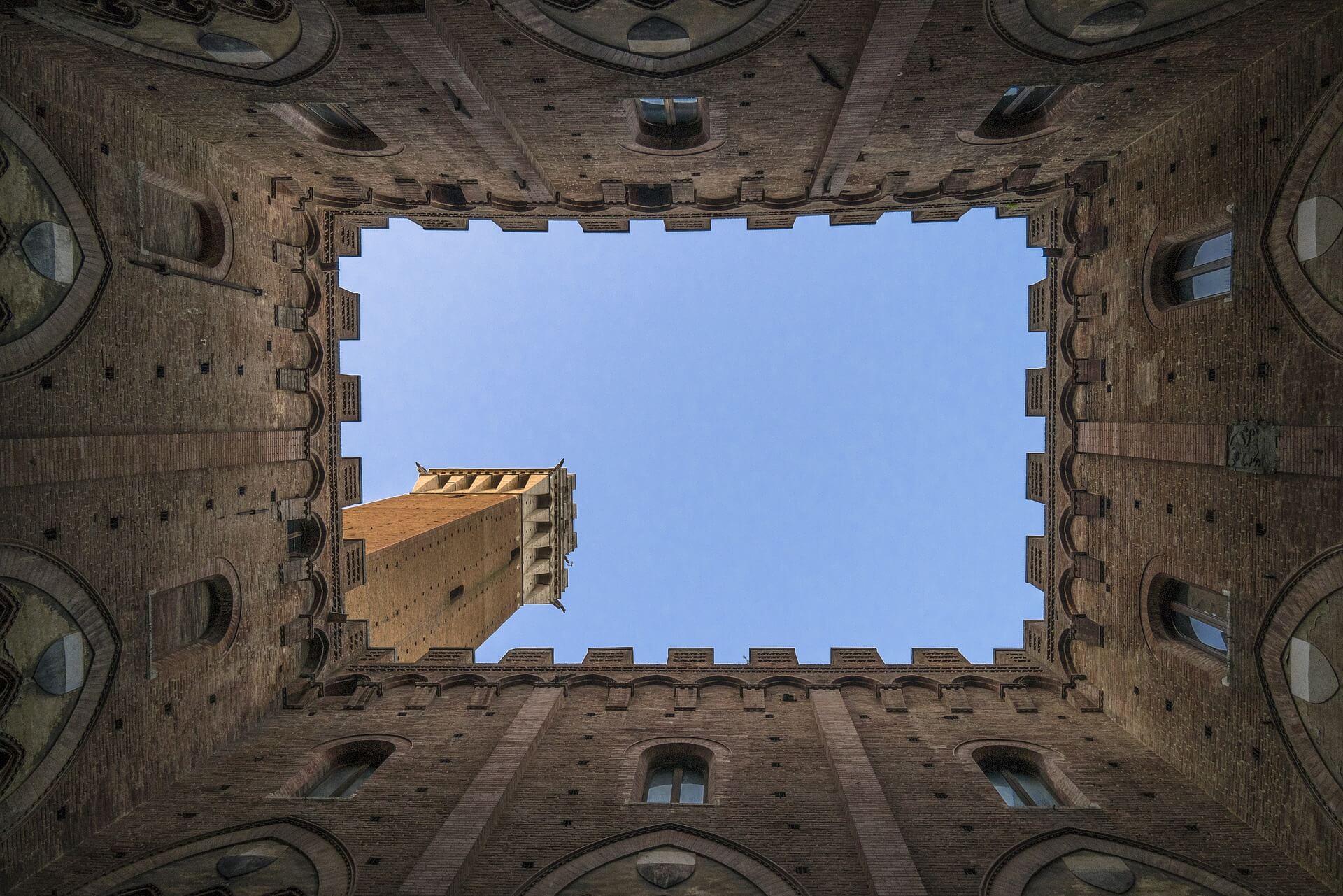 Burg mit Blick in den Himmel