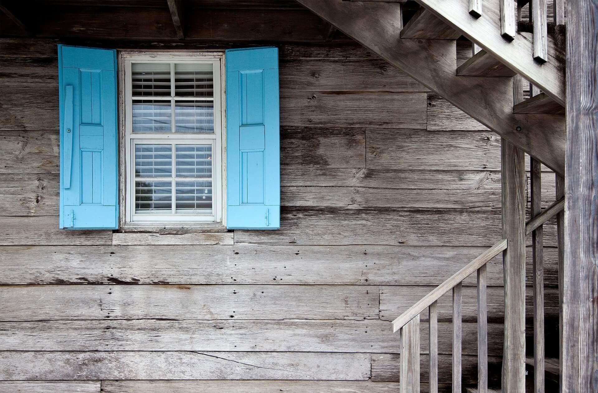 Haus mit Fensterläden